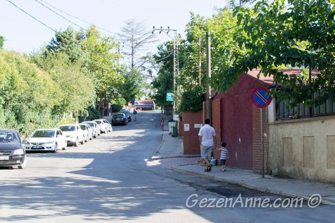 Polonezköy ana cadde meydana doğru yürürken