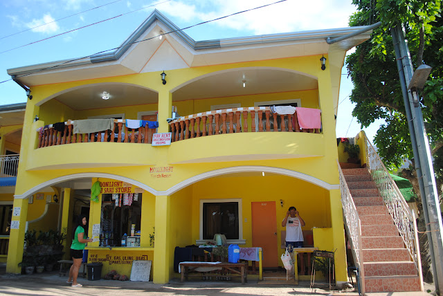 4f5268e8a34d41 This is the frontview of Moonlight Beach Resort. Super bright yellow
