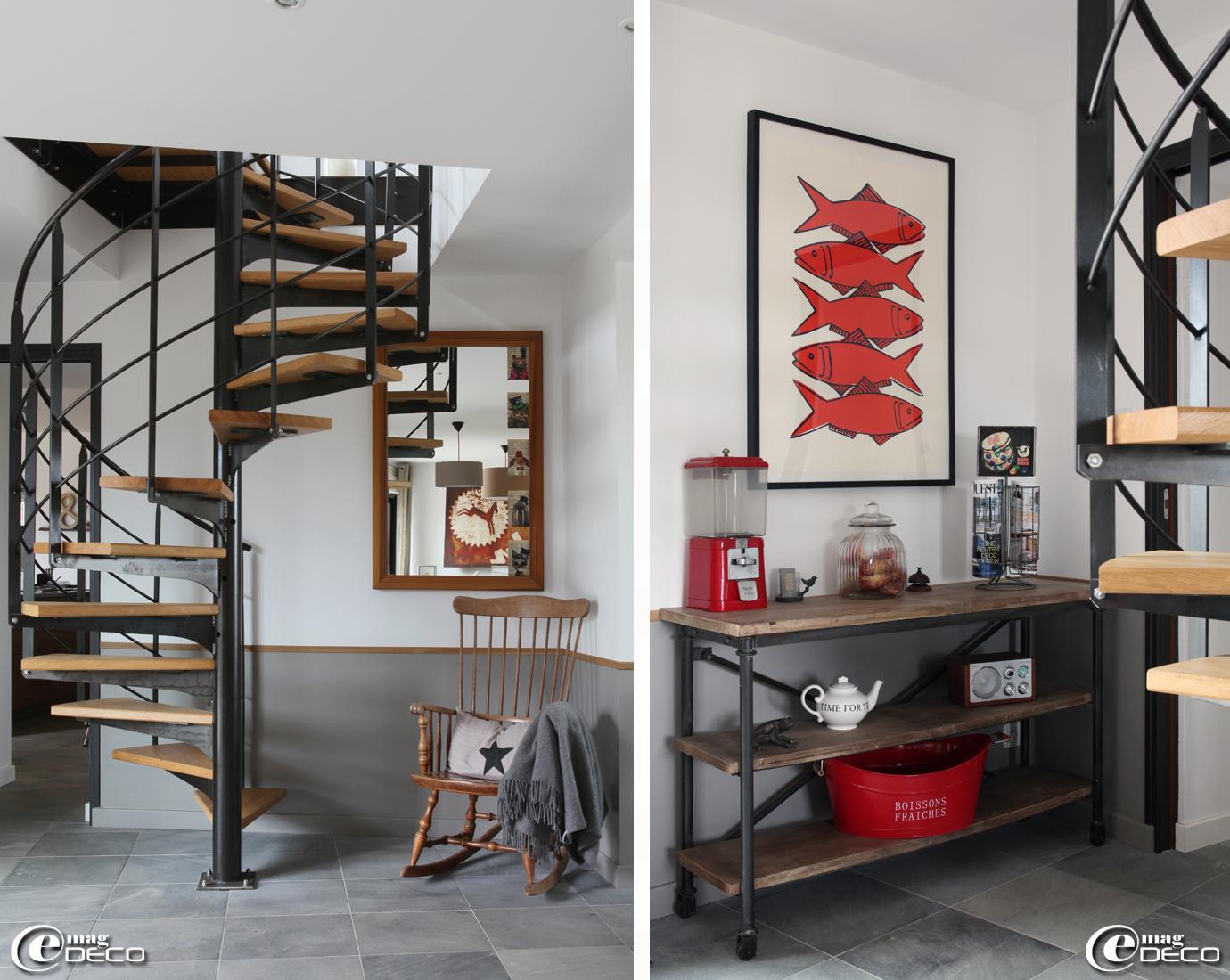 Escalier métallique réalisé par l'entreprise 'Métafer' à Plaintel, console de style factory 'Maisons du Monde', tableau 'Atelier de Valérie Le Roux' à Concarneau