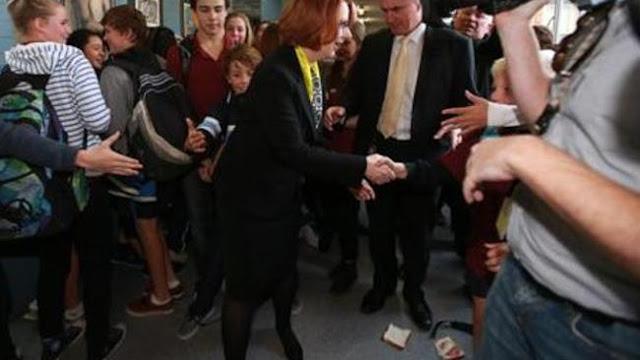 豪のギラード首相、2度サンドイッチを投げつけられ身をかわす