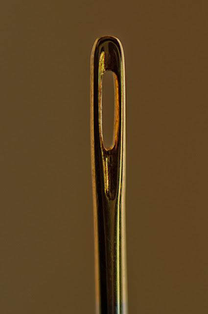 macro del ojo de una aguja dorada