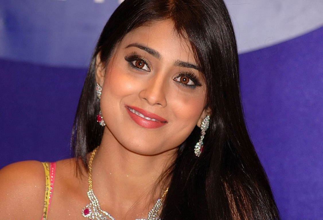Shraya Sarans Sisey Hd Face Images: Actress Shriya Saran Face Close Up Smiling Still