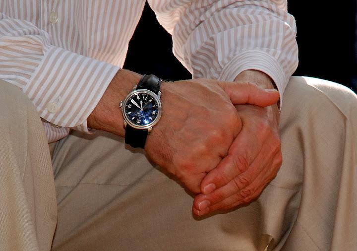 Потому что когда часы на левой руке, вы смотрите влево, и, как следствие, думаете о времени с точки зрения прошлого.