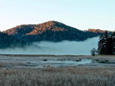 早朝の尾瀬沼からは蒸気霧が立ち昇っていた