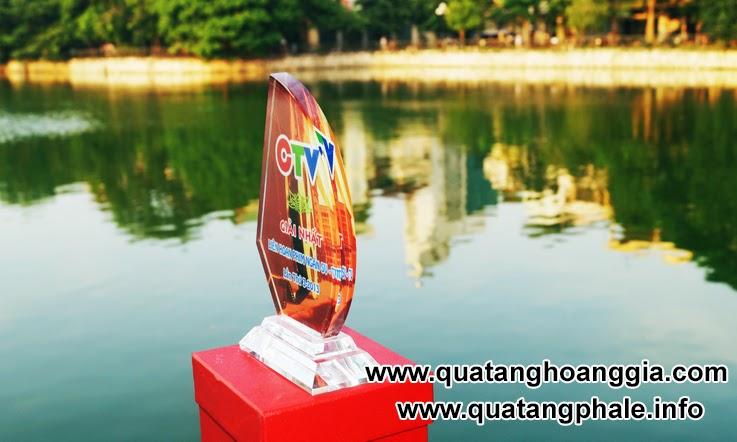 Biểu trưng pha lê hình cánh buồm là một sản phẩm dùng để trao giải và vinh danh cũng như ghị nhận sự cồng hiến và đòng góp của người được nhận