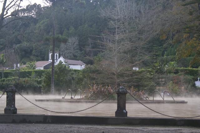 No hacía mucho frío, 9 de diciembre, pero los 25 grados del agua generaban vapor