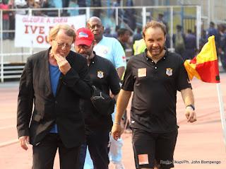 Morceau dur pour Claude le Roy(gauche) et son staff le 16/06/2013 au stade de martyrs à Kinshasa, lord du match entre les Léopards de la RDC contre les Lions du Cameroun. Radio Okapi/Ph. John Bompengo
