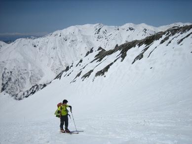 飛騨沢を登高 背後は双六岳稜線と薬師岳