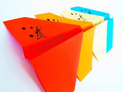 flyers avionets de paper exposició de llibres