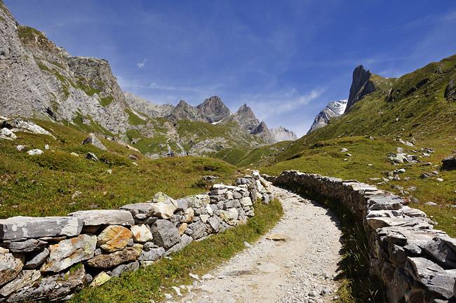 gr5-mont-blanc-briancon-vanoise-chemin-pierres.jpg