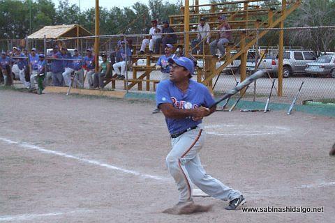 José Leza de León de Rayos en el softbol sabatino