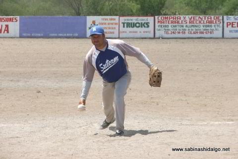 Jesús Cantú lanzando por SUTERM en el softbol del Club Sertoma