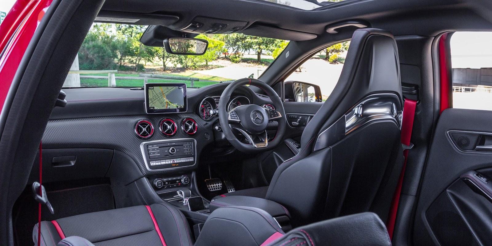 Khoang lái của Mercedes AMG A45 4Matic 2016 tạo quá nhiều phấn khích, đặc biệt rất thông minh với các tính năng an toàn