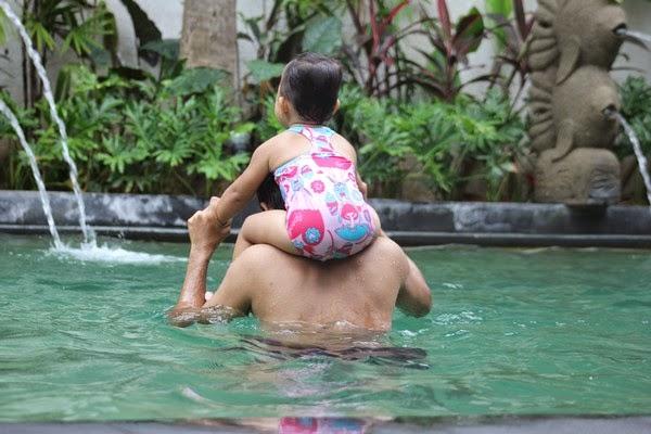 Berenang di Hotel di Bali