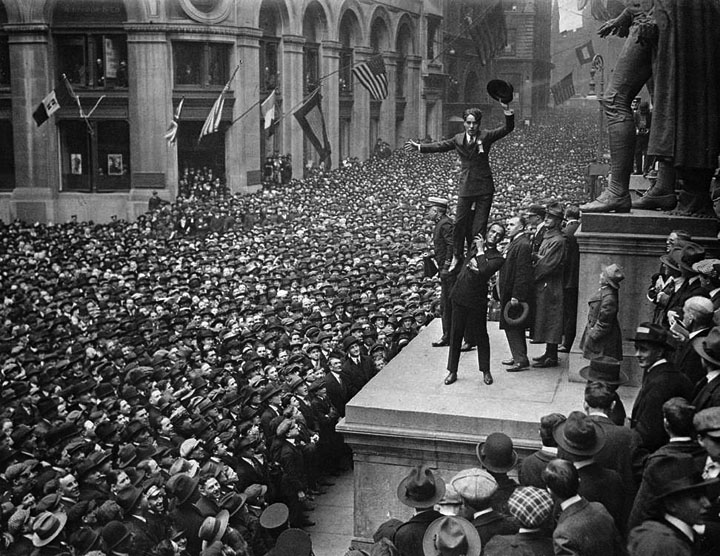 Charlie Chaplin and Douglas Fairbanks stage a rally at Wall Street in 1918