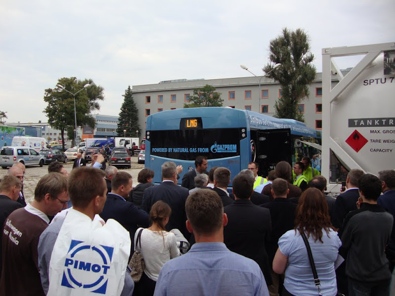 Pokazowe tankowanie skroplonym metanem autobusu Solbus SM 12 LNG