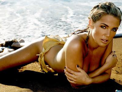 chica sexy recostada en la arena