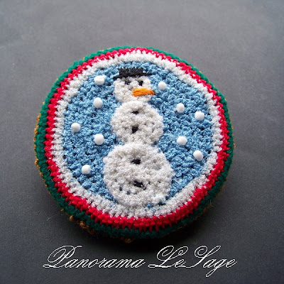 Broszka szydełkowa kolorowa duża wyrazista Panorama LeSage Biżuteria szydełkowa świąteczne Hallo Kitty Colored crocheted brooch large expressive Panorama Lesage Jewelry Hello Kitty Christmas crocheted zimowy bałwanek ze śniegu