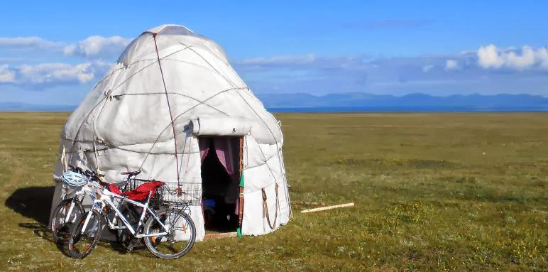 Fahrräder vor Jurte bei Aitbek am Song Köl (Son Kul, Son Köl, Songköl, Song-Köl, Соңкөл (kirgisisch), Сон Кул (russisch))