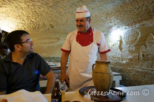 Kapadokya'da Avanos'taki Uranos Restoran'da Çömlek Kebabı anlatılırken