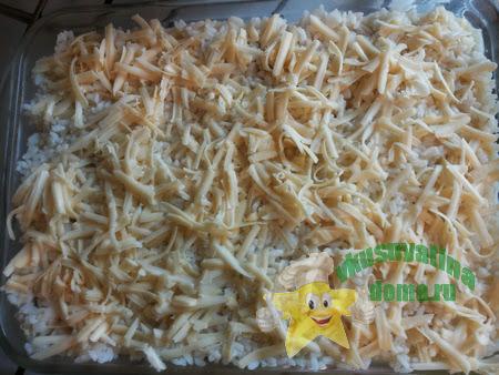 Посыпьте сыром верхний слой запеканки
