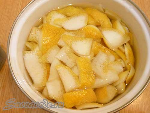срезать кожуру с лимонов