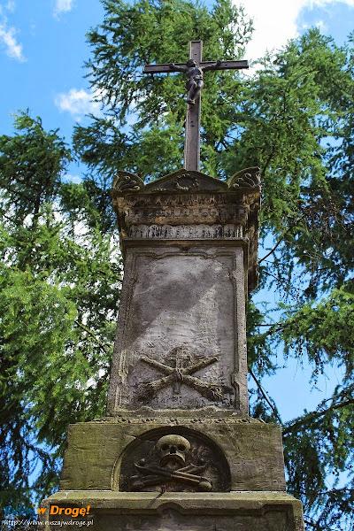 pomnik koło kolegiata Świętego Michała w Ostrowcu Świętokrzyskim