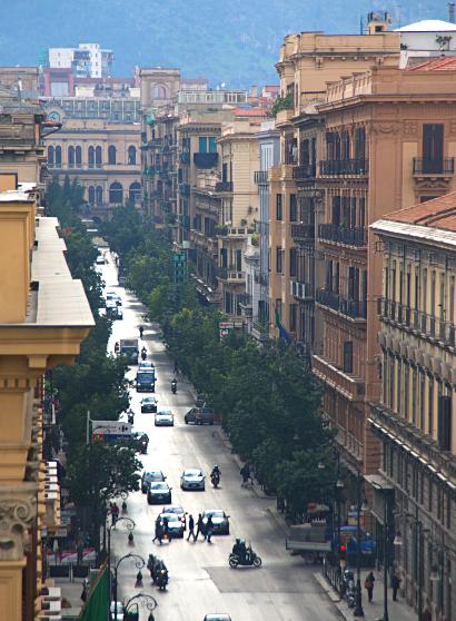 Sizilien - Palermo - Blick in die Via Roma von der Dachterasse der neuen Obikà Mozzarella Bar des Kaufhauses La Rinascente