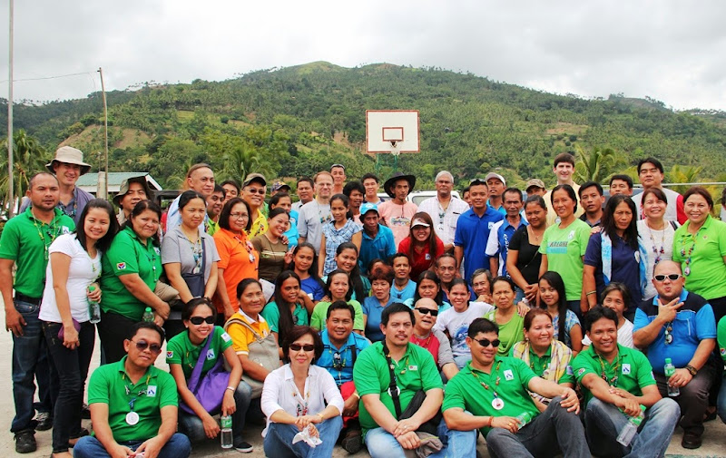 MCC visitors with DSWD staff and community volunteers