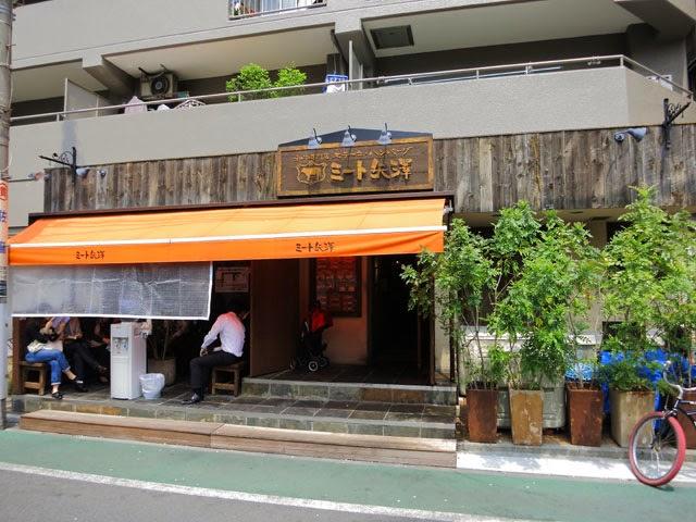 オープン後のミート矢澤の店頭。ベンチは満席状態だ。