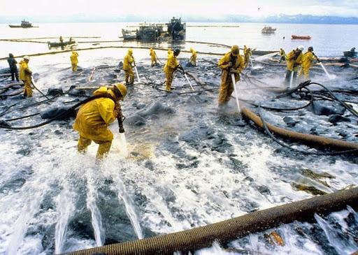 4. Exxon Valdez Oil Spill Hàng triệu gallon dầu tràn ra đại dương ngoài khơi bờ biển Alaska đã tạo ra thảm họa môi trường nghiêm trọng nhất lịch sử. Hàng trăm ngàn loài cá, chim biển và sinh vật khác bị chết, và nhiều hơn nữa là những loài không thể tồn tại do thiếu thức ăn. Thảm họa này được cho là bắt nguồn từ William Hazelwood, thuyền trưởng của tàu chở dầu Exxon Valdez, khi ông này bị say rượu lúc tàu rời bến. Ban đầu, một khoản tiền bồi thường trị giá 5 tỷ USD đã được tòa án tối cao Mỹ yêu cầu Exxon phải thanh toán, song số tiền này sau đó đã giảm xuống chỉ còn 507 triệu USD chi trả cho 32.000 bên liên quan bị thiệt hại.