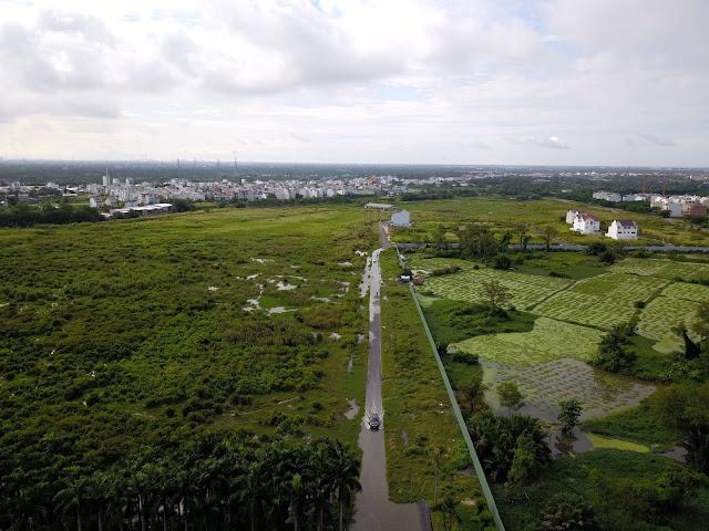 Con đường gần nhất vào dự án qua khu Phú Mỹ, luôn ngập và xuống cấp