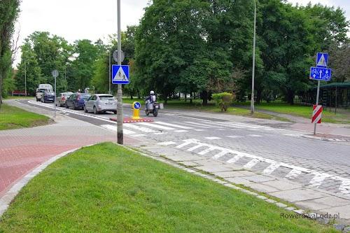 Ulica jednokierunkowa dla samochodów, ale wyposażona w dwa pasy ruchu dla rowerzystów dające im możliwość poruszania się w obu kierunkach. Dodatkowo miejsca parkingowe dla samochodów.