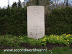 Wing Commander B. Maitland-Thompson, Royal Air Force, omgekomen op 29 jarige leeftijd 28 juli 1945.