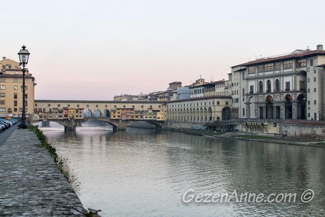 Arno nehri ve Ponte Vecchio, Floransa