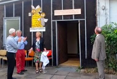 """Bild: Angelika Thaler hat gerade das Schild """"Vitus-Thaler-Haus"""" enthüllt (Foto: IVL)"""