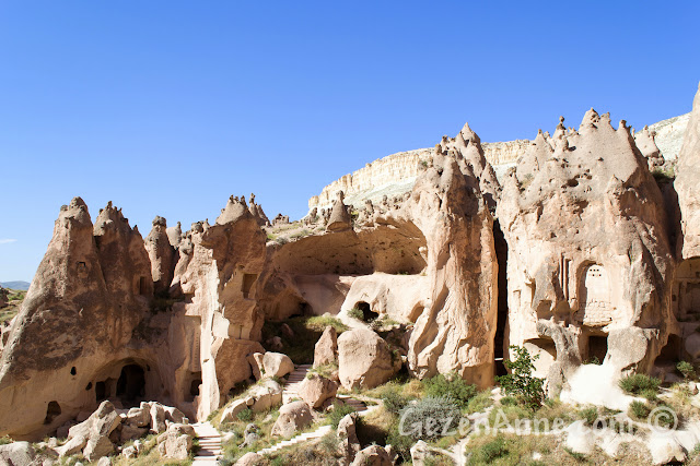 Kapadokya'daki Zelve açık hava müzesindeki oyulmuş kilise ve evler