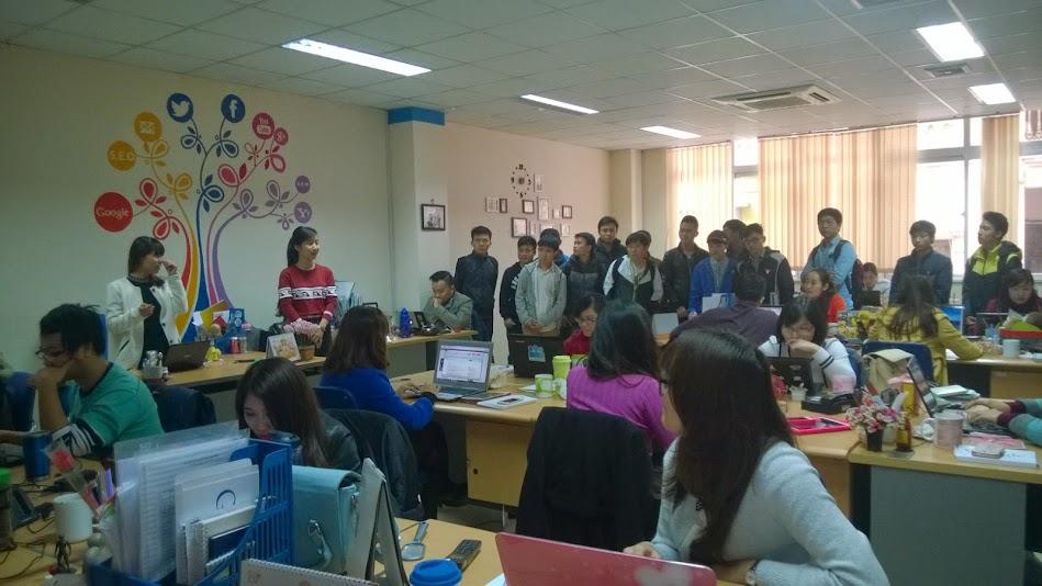 Các bạn sinh viên Cao đẳng thực hành FPT Polytechnic Hà Nội được đón tiếp và dẫn đi tham quan các phòng ban của doanh nghiệp.