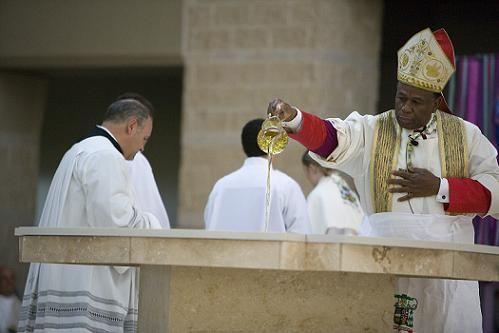 Obispo Baxtron consagrando altar de nueva parroquia