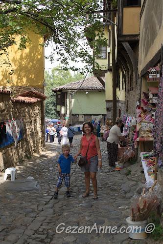 Cumalıkızık sokaklarında köylü satıcılar arasında dolaşırken