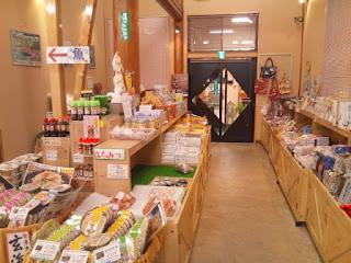 店内の様子。地域の特産品などの加工食品が並ぶ