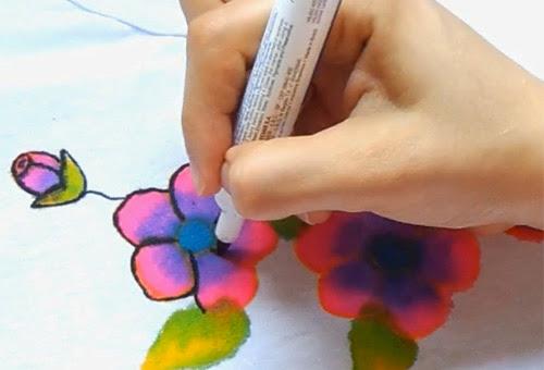 Customizando camiseta com flores - caneta para tecido Acrilpen