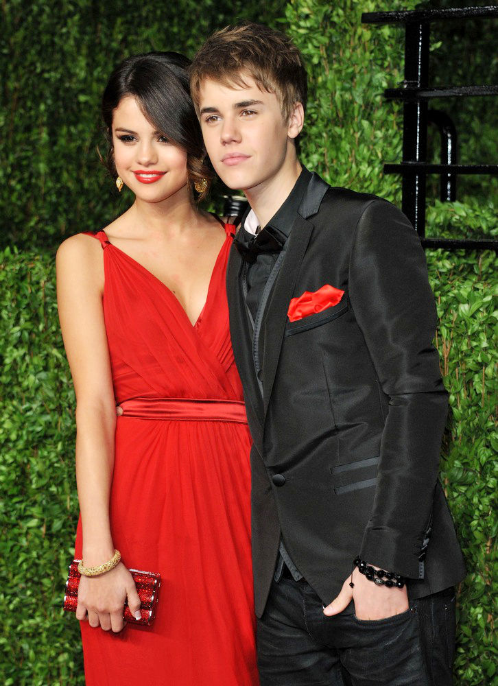 selena gomez and justin bieber kissing in bed. Was justin bieber mar , queue