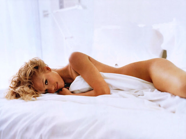 Jessica Alba Nude Picture On Bed Wallpaper