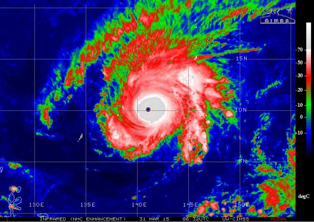 超強颱風美莎克的加強紅外線衛星雲圖。灰色地區為對流最強烈的地區,風眼內呈藍色,表示溫度與海面相同,即風眼內無雲。渾圓而細小的風眼表示熱帶氣旋強度相當高。(來源:CIMSS)