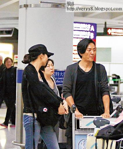 等行李時,其他旅客不時對蒙麵夫婦眼望望,十分好奇。