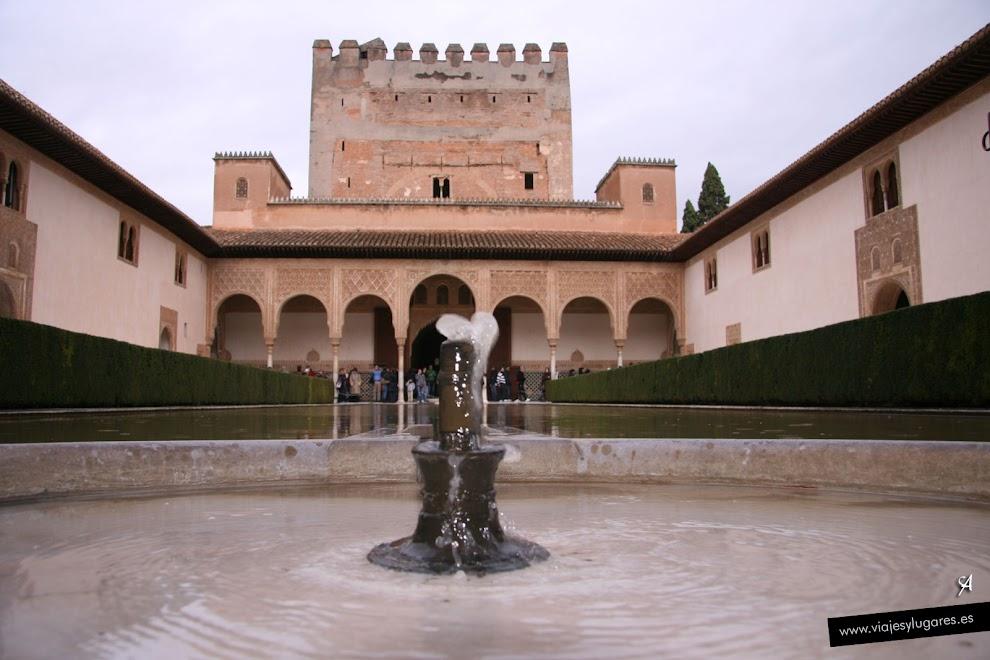 Patio de los Arrayanes y la Torre de Comares