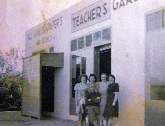 משמאל לבית הקפה חנות מכשירי כתיבה וספרים