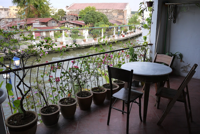small table and chaires overlooking a river