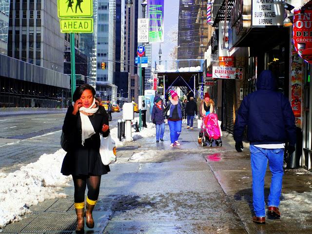 これは特に冬のニューヨークで見られることだ。ニューヨーカーは冬に派手な衣装を着ることはない。黒やグレーなど地味な色の服を好む。赤とか目立つ色を着る人は